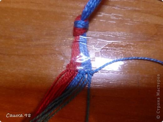 Нам понадобиться : Четное количество ниток(ирис или мулине), как показано в мк по 8 ниток каждого цвета Скотч, изолента или булавка(чтобы прикрепить к столу или к какой-либо ткани) Линейка(чтобы измерять длину ниток) Ножницы( что бы отрезать нитки))  фото 6