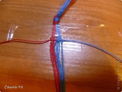 Нам понадобиться : Четное количество ниток(ирис или мулине), как показано в мк по 8 ниток каждого цвета Скотч, изолента или булавка(чтобы прикрепить к столу или к какой-либо ткани) Линейка(чтобы измерять длину ниток) Ножницы( что бы отрезать нитки))  фото 7