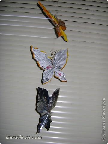 бабочки сделаны из кофейных пакетиков и подвешаны на рюлексную нить на окно фото 1
