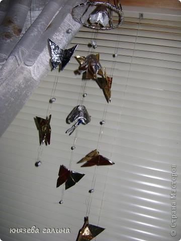 бабочки сделаны из кофейных пакетиков и подвешаны на рюлексную нить на окно фото 2