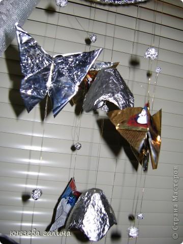 бабочки сделаны из кофейных пакетиков и подвешаны на рюлексную нить на окно фото 3