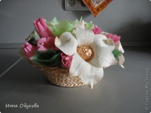 Моя подруга сегодня устраивала бал фей. И я подумала, что раз феи - то лилии и розовые розы вполне могут стать украшением нашего столика. фото 2