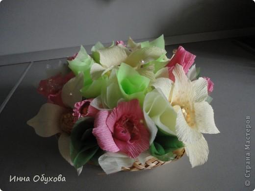 Моя подруга сегодня устраивала бал фей. И я подумала, что раз феи - то лилии и розовые розы вполне могут стать украшением нашего столика. фото 1