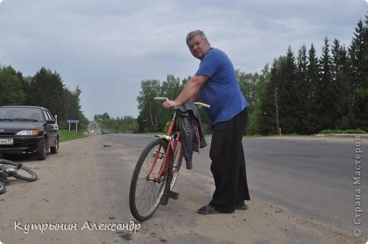 """Приехала дочь на велосипеде и ну, меня провоцировать: """"А слабо тебе, старый пепе (вот так обзывается, негодная) покататься со мной на велосипеде километров сто, ну, скажем, к бабушке в деревню"""" ( для справки; это недалеко, всего 55 км в один конец).  Я категорически возразил: """" На это я пойтить не могу,  потому что это чистой воды утопия и вовсе авантюрная затея"""". А самого внутренне так и подмывает: """"Это мне-то слабо, это мне, который  по молодости, живота своего не жалея, с аэроплана  сигал. Это мне-то слабо, который зимой на снегу спал? А уж тут вот нате-ка, выкусите"""". И несмотря на то, что набрал я зимой немало лишних килограммов из-за моих неуёмных гастрономических пристрастий, решился таки, показать этой юной максималистке, кто в доме хозяин, и чьи в лесу шишки. И как есть, в чём был на огороде одемшись (трико задрипанное, майка и сланцы), изрекаю гордо и пафосно: """"А поехали, назло тахикардии и прочим внутренним козявкам. И будь что будет, и как говорится, живы будем, не помрём"""". А сам смекаю, как же я такой пламенный и гордый, поеду. Велос у меня дряхленький, лет пять как на заслуженном отдыхе в сарае на приколе стоит. Того гляди весь рассыпется, при езде трясётся как паралитик и испускает жалобные стоны. А у неё-то новёхонький, 21-ти скоростной. Но обречённо махнул рукой, подписывая себе смертный приговор: """"А, наплевать!"""" Поднакачал колёса и вывез своего Росинанта на улицу. И вот мы тронулись (хорошо хоть не умом, хотя со стороны может показаться обратное). Вот карта трудного, полного опасностей и невзгод, маршрута (решили скататься туда и обратно за один раз) фото 3"""