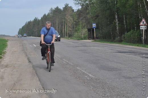 """Приехала дочь на велосипеде и ну, меня провоцировать: """"А слабо тебе, старый пепе (вот так обзывается, негодная) покататься со мной на велосипеде километров сто, ну, скажем, к бабушке в деревню"""" ( для справки; это недалеко, всего 55 км в один конец).  Я категорически возразил: """" На это я пойтить не могу,  потому что это чистой воды утопия и вовсе авантюрная затея"""". А самого внутренне так и подмывает: """"Это мне-то слабо, это мне, который  по молодости, живота своего не жалея, с аэроплана  сигал. Это мне-то слабо, который зимой на снегу спал? А уж тут вот нате-ка, выкусите"""". И несмотря на то, что набрал я зимой немало лишних килограммов из-за моих неуёмных гастрономических пристрастий, решился таки, показать этой юной максималистке, кто в доме хозяин, и чьи в лесу шишки. И как есть, в чём был на огороде одемшись (трико задрипанное, майка и сланцы), изрекаю гордо и пафосно: """"А поехали, назло тахикардии и прочим внутренним козявкам. И будь что будет, и как говорится, живы будем, не помрём"""". А сам смекаю, как же я такой пламенный и гордый, поеду. Велос у меня дряхленький, лет пять как на заслуженном отдыхе в сарае на приколе стоит. Того гляди весь рассыпется, при езде трясётся как паралитик и испускает жалобные стоны. А у неё-то новёхонький, 21-ти скоростной. Но обречённо махнул рукой, подписывая себе смертный приговор: """"А, наплевать!"""" Поднакачал колёса и вывез своего Росинанта на улицу. И вот мы тронулись (хорошо хоть не умом, хотя со стороны может показаться обратное). Вот карта трудного, полного опасностей и невзгод, маршрута (решили скататься туда и обратно за один раз) фото 2"""