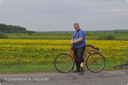 """Приехала дочь на велосипеде и ну, меня провоцировать: """"А слабо тебе, старый пепе (вот так обзывается, негодная) покататься со мной на велосипеде километров сто, ну, скажем, к бабушке в деревню"""" ( для справки; это недалеко, всего 55 км в один конец).  Я категорически возразил: """" На это я пойтить не могу,  потому что это чистой воды утопия и вовсе авантюрная затея"""". А самого внутренне так и подмывает: """"Это мне-то слабо, это мне, который  по молодости, живота своего не жалея, с аэроплана  сигал. Это мне-то слабо, который зимой на снегу спал? А уж тут вот нате-ка, выкусите"""". И несмотря на то, что набрал я зимой немало лишних килограммов из-за моих неуёмных гастрономических пристрастий, решился таки, показать этой юной максималистке, кто в доме хозяин, и чьи в лесу шишки. И как есть, в чём был на огороде одемшись (трико задрипанное, майка и сланцы), изрекаю гордо и пафосно: """"А поехали, назло тахикардии и прочим внутренним козявкам. И будь что будет, и как говорится, живы будем, не помрём"""". А сам смекаю, как же я такой пламенный и гордый, поеду. Велос у меня дряхленький, лет пять как на заслуженном отдыхе в сарае на приколе стоит. Того гляди весь рассыпется, при езде трясётся как паралитик и испускает жалобные стоны. А у неё-то новёхонький, 21-ти скоростной. Но обречённо махнул рукой, подписывая себе смертный приговор: """"А, наплевать!"""" Поднакачал колёса и вывез своего Росинанта на улицу. И вот мы тронулись (хорошо хоть не умом, хотя со стороны может показаться обратное). Вот карта трудного, полного опасностей и невзгод, маршрута (решили скататься туда и обратно за один раз) фото 7"""