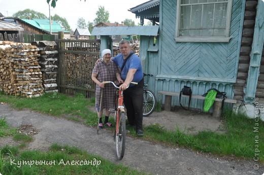 """Приехала дочь на велосипеде и ну, меня провоцировать: """"А слабо тебе, старый пепе (вот так обзывается, негодная) покататься со мной на велосипеде километров сто, ну, скажем, к бабушке в деревню"""" ( для справки; это недалеко, всего 55 км в один конец).  Я категорически возразил: """" На это я пойтить не могу,  потому что это чистой воды утопия и вовсе авантюрная затея"""". А самого внутренне так и подмывает: """"Это мне-то слабо, это мне, который  по молодости, живота своего не жалея, с аэроплана  сигал. Это мне-то слабо, который зимой на снегу спал? А уж тут вот нате-ка, выкусите"""". И несмотря на то, что набрал я зимой немало лишних килограммов из-за моих неуёмных гастрономических пристрастий, решился таки, показать этой юной максималистке, кто в доме хозяин, и чьи в лесу шишки. И как есть, в чём был на огороде одемшись (трико задрипанное, майка и сланцы), изрекаю гордо и пафосно: """"А поехали, назло тахикардии и прочим внутренним козявкам. И будь что будет, и как говорится, живы будем, не помрём"""". А сам смекаю, как же я такой пламенный и гордый, поеду. Велос у меня дряхленький, лет пять как на заслуженном отдыхе в сарае на приколе стоит. Того гляди весь рассыпется, при езде трясётся как паралитик и испускает жалобные стоны. А у неё-то новёхонький, 21-ти скоростной. Но обречённо махнул рукой, подписывая себе смертный приговор: """"А, наплевать!"""" Поднакачал колёса и вывез своего Росинанта на улицу. И вот мы тронулись (хорошо хоть не умом, хотя со стороны может показаться обратное). Вот карта трудного, полного опасностей и невзгод, маршрута (решили скататься туда и обратно за один раз) фото 10"""