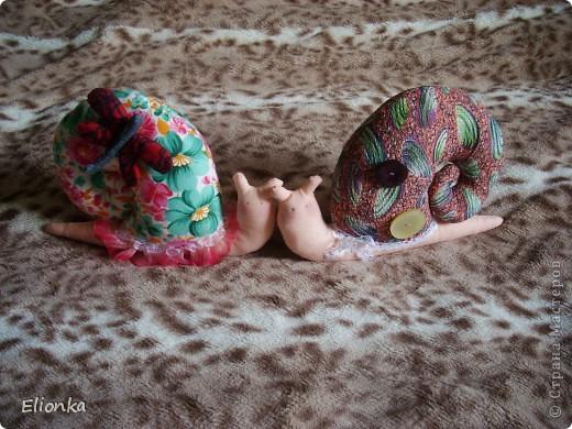 Трудно представить, что автор такого популярного бренда - молодая девушка. Норвежка дизайнер Тони Финнангер создала мир стиля Tilda - текстильные игрушки, украшения для интерьера, целая концепция оформления в примитивно-тряпичном стиле. Наивные, насквозь натуральные, простые в исполнении, теплые, милые домашние Tilda быстро завоевали всю Европу. А теперь они завоевали и меня! Начала я покорять мир Тильд с улиток, на мой взгляд они наиболее просты в исполнении и в то же время чрезвычайно милы и уютны :) фото 1