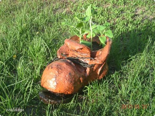 старый, порванный башмак, кашпо под цветы из монтажной пены фото 3