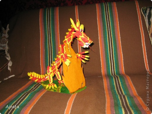 Дракон опирающийся на рамку для фотографии в форме костра. фото 2