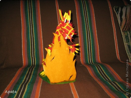 Дракон опирающийся на рамку для фотографии в форме костра. фото 4