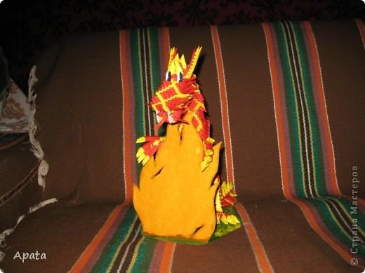 Дракон опирающийся на рамку для фотографии в форме костра. фото 5