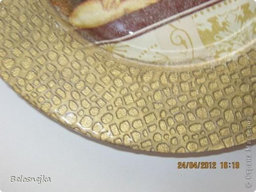 Текстура у бутылочке мятые кусочки салфетки наклеенные на ПВА. А у тарелочки край сам по себе с обратной стороны рельефный, снизу сначала нанесла   губкой немного краски цвета сусальное золото (чтобы покрылись только выпуклые части), а потом уже краской античное золото, прокрашивая все углубления. На тарелочке пробовала первый раз технику обратный декупаж.   фото 3