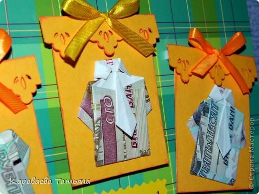 Здесь пошаговая схема в картинках такой рубашки с галстуком http://planetaorigami.ru/2011/02/krasivaya-origami-rubashka-iz-deneg-s-galstukom-prostaya-sxema-video/ фото 7