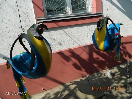 """Увидев интернете поделки из старых шин,мой муж сделал красивого лебедя для оформления цветника...Затем еще одного...И тут же поступил""""заказ""""-такие же лебеди нужны в детский сад ,куда ходят наши внуки...Вот они приготовились к вылету... фото 3"""