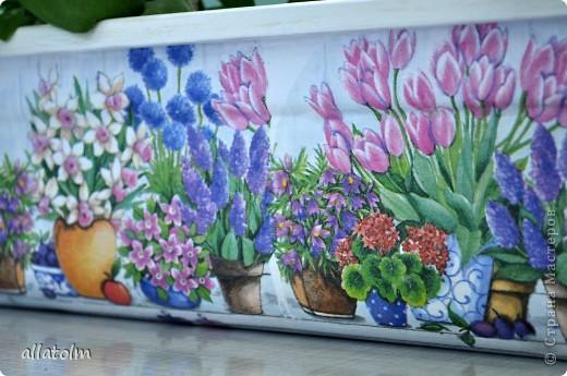 Здравствуйте, милые мастерицы! Давно не выставляла работы, но это не значит, что не видела ваших шедевров. Все видела, и многое в норку унесла, и некоторые повторюшки сделала. Показываю, что наваяла для дома.  Весной вдруг поняла, что срочно нужны горшочки и ящики для цветов. Выкрутилась тем, что было, только украсила. Это ящик для цветов, он очень старый и был довольно страшненький, а что вы теперь скажете?  фото 1