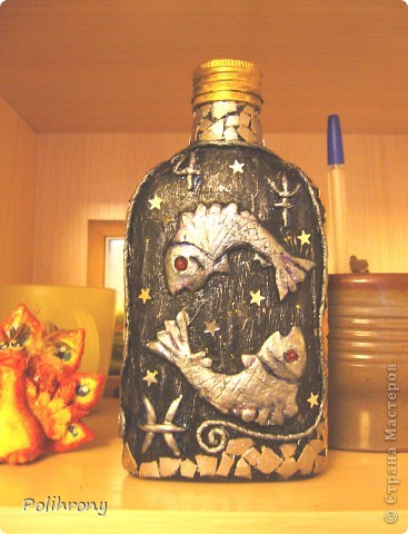 Еще раз добрый день!  Вот еще одно изделие в технике пейп-арт.  Бутылочка-фляжка в подарок молодому человеку, рожденному в середине марта. В оформлении использованы бумажные жгуты, скорлупа и горох.  Черная и золотая гуашь.  Орнамент нечаянно получился похожим на казахский.   Фото сделаны ночью, при искусственном освещении, сразу по окончании работы. У нас тоже весна!  И уже цветут цветы. фото 5