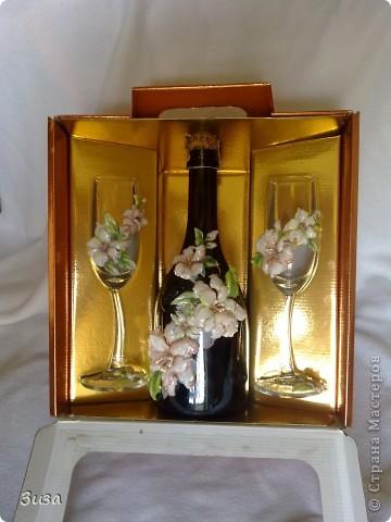 Был у меня набор, бутылка  и бокалы. Стоял своего часа ждал... и вот дождался! :) С бутылки удалила этикетки. Наделала цветочков и вуаля...:))) Красота?  фото 1