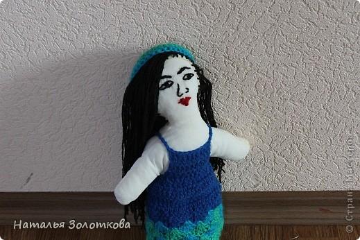Совсем недавно на улице был дождик. Решила сшить 2 куклу. Моя первая кукла уехала к Олеси , маленькой сестренки Вероники в подарок по Летней игре сюрприз. ( Юля так хотела туда попасть и если бы мама Вероники, Надежда не предложила обменяться с ними подарками то эта кукла так бы не сшилась)Прошлая куклёна была блондиночкой. В этот раз хотелось сделать рыжую. Но Юля сказала что у нее конференция и она представляет Японию, а в Японии девушек с рыжими волосами нет. Ну нет так нет, сошью брюнетку. Когда я ее покозала внучке та заметила , что это не японка. Это таджикистанка. Еще раз поразилась откуда она теперь знает все народности и города России... Пора заняться АТС... Кукла сшита, одежда связана... фото 1