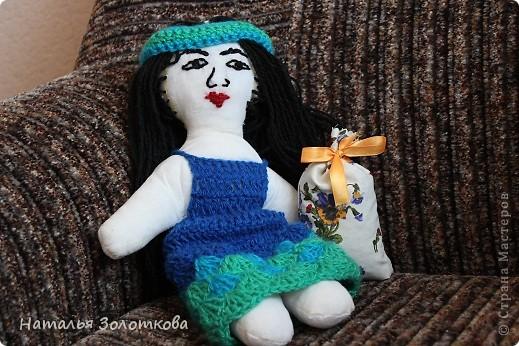 Совсем недавно на улице был дождик. Решила сшить 2 куклу. Моя первая кукла уехала к Олеси , маленькой сестренки Вероники в подарок по Летней игре сюрприз. ( Юля так хотела туда попасть и если бы мама Вероники, Надежда не предложила обменяться с ними подарками то эта кукла так бы не сшилась)Прошлая куклёна была блондиночкой. В этот раз хотелось сделать рыжую. Но Юля сказала что у нее конференция и она представляет Японию, а в Японии девушек с рыжими волосами нет. Ну нет так нет, сошью брюнетку. Когда я ее покозала внучке та заметила , что это не японка. Это таджикистанка. Еще раз поразилась откуда она теперь знает все народности и города России... Пора заняться АТС... Кукла сшита, одежда связана... фото 2