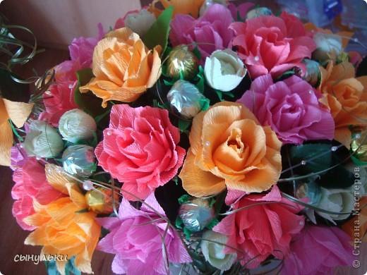 Добрый день дорогие мастерицы! Выставляю на Ваш суд свою корзинку сделанную на 75-летний юбилей женщине. Спасибо автору Candygift , так как идею подглядела у нее на ярмарке мастеров, но немного изменила и добавила роз. И вот что получилось судить Вам!  фото 3