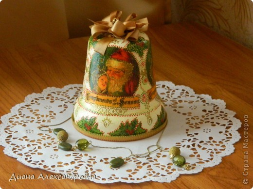 Привет, мастерам и мастерицам!!! Я тут колокольчик взялась задекупажить кумушке в коллекцию колокольчиков. Раньше в нем лежали конфеты, ну а теперь вот коллекцию пополнит ,а когда Новый год придет елочку новогоднюю украсит. фото 2