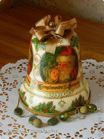 Привет, мастерам и мастерицам!!! Я тут колокольчик взялась задекупажить кумушке в коллекцию колокольчиков. Раньше в нем лежали конфеты, ну а теперь вот коллекцию пополнит ,а когда Новый год придет елочку новогоднюю украсит. фото 1
