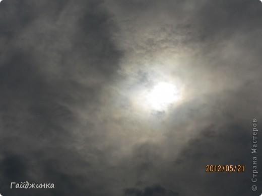 Сегодня мы наблюдали кольцевое солнечное затмение. Еще задолго за сегодняшнего дня по ТВ начали говорить о солнечном затмении, везде начали продавать специальные очки. Я думала, что успею купить, но оказалось, что в последний день (вчера) они везде закончились.  фото 1