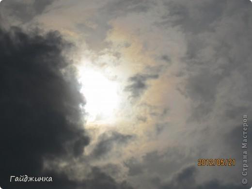 Сегодня мы наблюдали кольцевое солнечное затмение. Еще задолго за сегодняшнего дня по ТВ начали говорить о солнечном затмении, везде начали продавать специальные очки. Я думала, что успею купить, но оказалось, что в последний день (вчера) они везде закончились.  фото 2