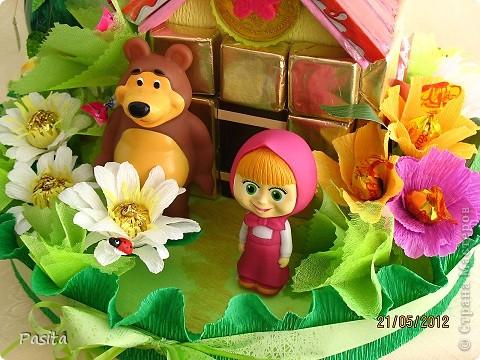 Доброго времени суток всем, кто заглянул на мою страничку!  Вот и закончила я собирать сладкую полянку для маленькой сладкоежки, которая обожает смотреть мультики про Машу и Мишу. Надеюсь малышке понравится! Я сама ОЧЕНЬ люблю этот замечателный мультфильм! Делать такую полянку было большое удовольствие! фото 7