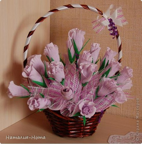 Вот такую корзинку цветов сваяла сестре на день рождения. Розы делала вот по этому МК http://stranamasterov.ru/node/354568?c=favorite  - спасибо marishka !!! просто добавила к бутону еще по 2 лепестка. фото 4