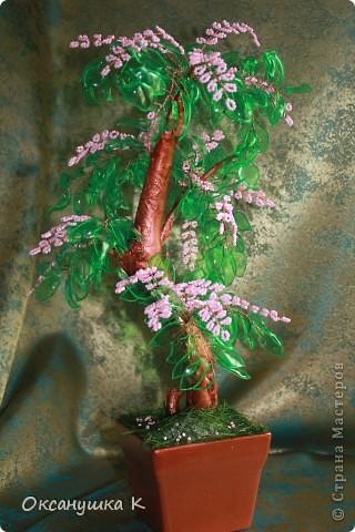 """Здравствуйте, все жители и гости Страны Мастеров! Это деревце  -  """"скороспелка"""", высотой 38см, собранное из того, что под рукой было. Внезапно нашло на меня вдохновение и все, что готовилось для других деревьев, соединилось в одном. Листики из пластиковых бутылок, розовые веточки готовились для сакуры, коряжка (ствол дерева) просто ждала своего часа))) фото 6"""