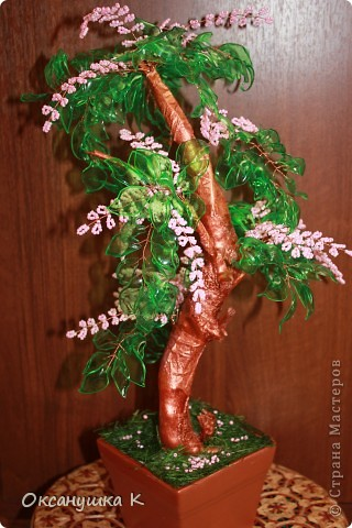 """Здравствуйте, все жители и гости Страны Мастеров! Это деревце  -  """"скороспелка"""", высотой 38см, собранное из того, что под рукой было. Внезапно нашло на меня вдохновение и все, что готовилось для других деревьев, соединилось в одном. Листики из пластиковых бутылок, розовые веточки готовились для сакуры, коряжка (ствол дерева) просто ждала своего часа))) фото 2"""