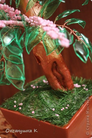 """Здравствуйте, все жители и гости Страны Мастеров! Это деревце  -  """"скороспелка"""", высотой 38см, собранное из того, что под рукой было. Внезапно нашло на меня вдохновение и все, что готовилось для других деревьев, соединилось в одном. Листики из пластиковых бутылок, розовые веточки готовились для сакуры, коряжка (ствол дерева) просто ждала своего часа))) фото 4"""
