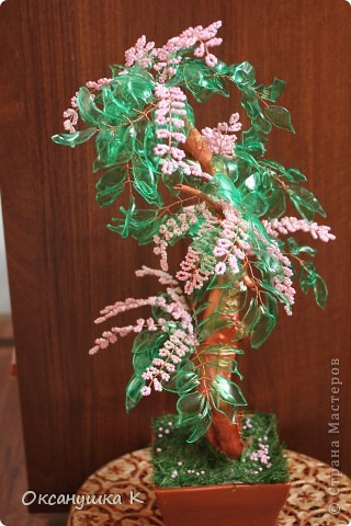 """Здравствуйте, все жители и гости Страны Мастеров! Это деревце  -  """"скороспелка"""", высотой 38см, собранное из того, что под рукой было. Внезапно нашло на меня вдохновение и все, что готовилось для других деревьев, соединилось в одном. Листики из пластиковых бутылок, розовые веточки готовились для сакуры, коряжка (ствол дерева) просто ждала своего часа))) фото 1"""