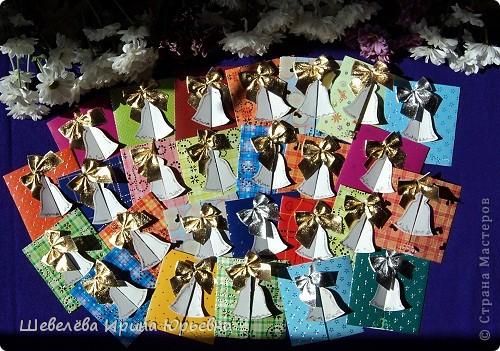 """25 мая — большой общероссийский праздник """"Последний звонок"""", который адресован выпускникам, учителям и родителям. Во время празднования часто звонят в колокольчик, символически изображающий школьный звонок, обозначающий начало или окончание уроков. На праздник в этом году выпускники нашей гимназии оформили пригласительные для учителей с изображением колокольчика. фото 18"""