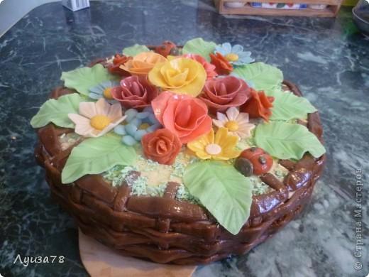 Здравствуйте дорогие жители Страны мастеров! Давно хотела сделать торт в виде корзины с цветами, да случая удобного не было, А потом я решила зачем ждать , можно испечь и просто так. Так получился этот торт. фото 1