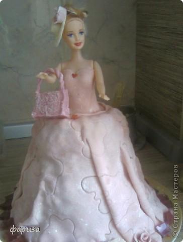 Впервые попробовала сделать такой вот тортик.У племяшки был день рождения 3 годика и не знала чем удивить,в инете увидела такое чудо и решила попробовать.Торт медовый,покрыт мастикой,шляпа и сумочка тоже из мастики,а внутри сумки денежный подарок.Конечно не очень качественно,но я довольна,ведь в первый раз.