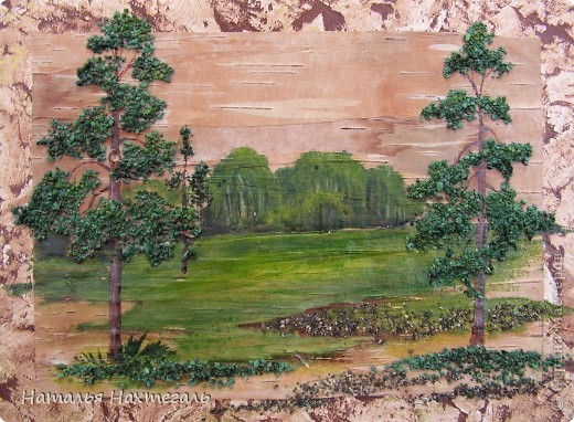Фоном картины является береста, для изображения крон деревьев использовала крашенную речную гальку