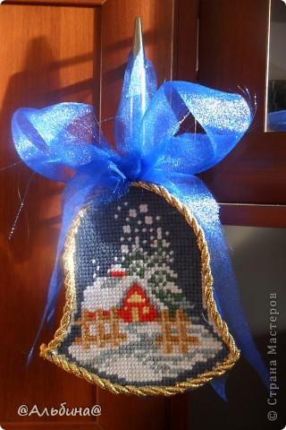 На 2012 год подарила всем родным вышивку. Схему нашла в сети интернета. Мама напечатала, а я вышивала. Вышивала на крупной канве. Бантик сделан из капрона, а края вышивки - это золотой шнур. Домик в деревне. фото 1