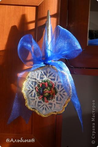 На 2012 год подарила всем родным вышивку. Схему нашла в сети интернета. Мама напечатала, а я вышивала. Вышивала на крупной канве. Бантик сделан из капрона, а края вышивки - это золотой шнур. Домик в деревне. фото 4