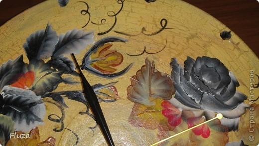Сделала подруге на День рождения часы на виниловой пластинке. Закрасила акриловой золотой краской, одно шаговым кракелюрным лаком, потом бежевой краской. покрыла акриловым лаком и расписала двойным мазком. фото 3