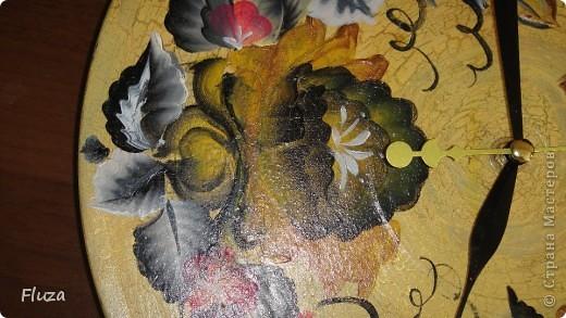 Сделала подруге на День рождения часы на виниловой пластинке. Закрасила акриловой золотой краской, одно шаговым кракелюрным лаком, потом бежевой краской. покрыла акриловым лаком и расписала двойным мазком. фото 5