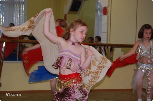 1.восточный танец2.финская полечка3.восточный танец с шарфикамивот мы и опробывали наши костюмчики в действии...