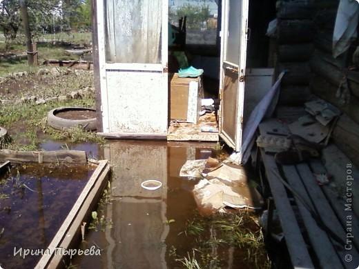 Ну вот мы и дождались!Вода сошла!!!Затопило нас 30 апреля,проехать мы смогли только 20 мая,автобусы правда пустили накануне 19...Присмотритесь,на стекле полоса-вода стояла на этом уровне больше двух недель.... фото 4
