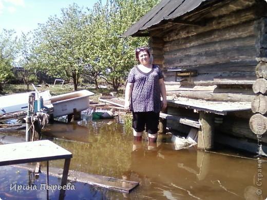 Ну вот мы и дождались!Вода сошла!!!Затопило нас 30 апреля,проехать мы смогли только 20 мая,автобусы правда пустили накануне 19...Присмотритесь,на стекле полоса-вода стояла на этом уровне больше двух недель.... фото 5