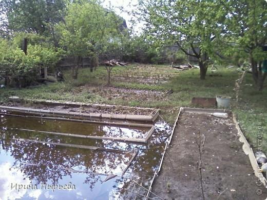 Ну вот мы и дождались!Вода сошла!!!Затопило нас 30 апреля,проехать мы смогли только 20 мая,автобусы правда пустили накануне 19...Присмотритесь,на стекле полоса-вода стояла на этом уровне больше двух недель.... фото 2