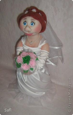 Доброго времени суток СТРАНА!!!!!!!!!Вот наконец то свершилось чудо, и у меня появился заказ на  молодожёнов, чему несказанно обрадовалась, так как это были не домовые и попики которые всем так полюбились, а жених и невеста. Вот так я справилась с этим интересным заказом. Уехали мои молодожёны в Израиль, на свадьбу, в качестве подарка для молодожёнов. фото 5