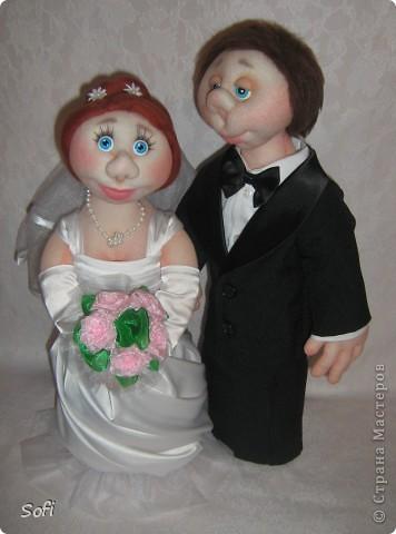 Доброго времени суток СТРАНА!!!!!!!!!Вот наконец то свершилось чудо, и у меня появился заказ на  молодожёнов, чему несказанно обрадовалась, так как это были не домовые и попики которые всем так полюбились, а жених и невеста. Вот так я справилась с этим интересным заказом. Уехали мои молодожёны в Израиль, на свадьбу, в качестве подарка для молодожёнов. фото 4