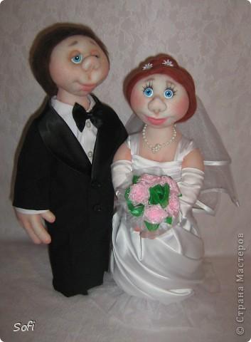Доброго времени суток СТРАНА!!!!!!!!!Вот наконец то свершилось чудо, и у меня появился заказ на  молодожёнов, чему несказанно обрадовалась, так как это были не домовые и попики которые всем так полюбились, а жених и невеста. Вот так я справилась с этим интересным заказом. Уехали мои молодожёны в Израиль, на свадьбу, в качестве подарка для молодожёнов. фото 3